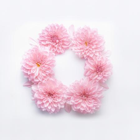 흰색 데스크 배경에 파스텔 핑크 꽃의 라운드 프레임. 꽃 화 환입니다. 어머니 날, 생일, 결혼식 또는 행복한 이벤트의 휴일 인사말을위한 레이아웃 스톡 콘텐츠