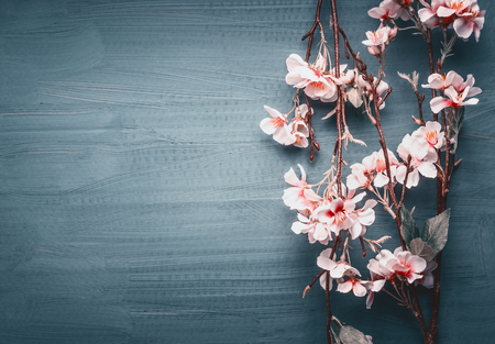 Fiore decorativo primavera artificiale su sfondo blu scuro, vista dall'alto, bordo Archivio Fotografico - 95928965