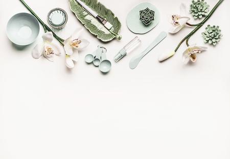 顔のマスク作りのためのモダンなツールやアクセサリー、白いデスクトップの背景、トップビュー、ボーダーに蘭の花やミストスプレーボトルと化粧品のスキンケアやウェルネス設定。美容コンセプト 写真素材 - 97944043
