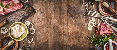 ヴィンテージキッチン用品のキッチン用品とソースと素朴な木製、コピースペース付きトップビュー、バナー付きのグリルのための食材とバーベキュー肉とグリルの背景 写真素材 - 105062773