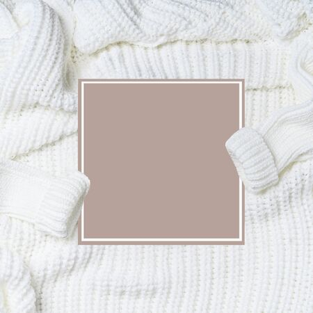 Jersey de punto blanco con mangas y tarjeta en blanco, vista superior.