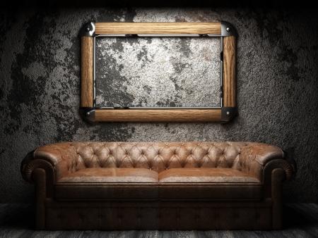 leren bank: leren bank en frame in donkere kamer Stockfoto