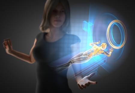 resonancia magnética: Mujer y holograma con la RM Foto de archivo