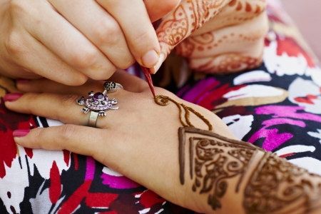 indian bride: The Indian pattern is drawn a girl. Mehandi
