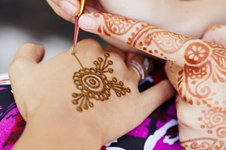 motif indiens: Le mod�le indien est tir� d'une fille. Mehandi Banque d'images