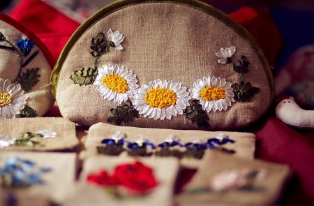 trabajo manual: Tejidos bolsa de trabajo hecho a mano. En una bolsa de camomiles se bordan Foto de archivo