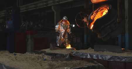The molten metal is poured into the mold. Melting furnace for cast iron and steel and liquid metal. Banque d'images