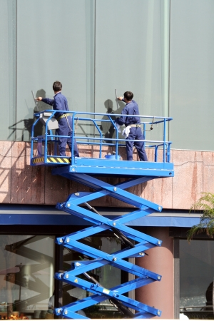 Workers cleaning glass Banque d'images
