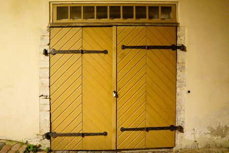 Old vintage wooden door in orange, entrance to house Banque d'images - 131956233