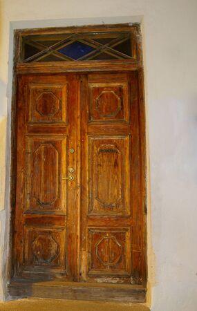 Old vintage wooden door in orange, entrance to house Banque d'images - 131956236