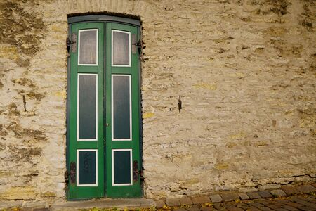 Old green door in an very old building Banque d'images - 131956288