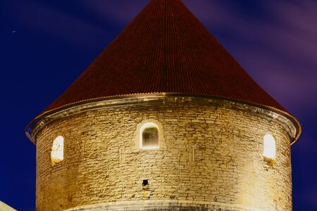 Tallinn, medieval defensive towers at night Banque d'images - 131956297