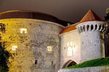 Tallinn, medieval defensive towers at night Banque d'images - 131956302