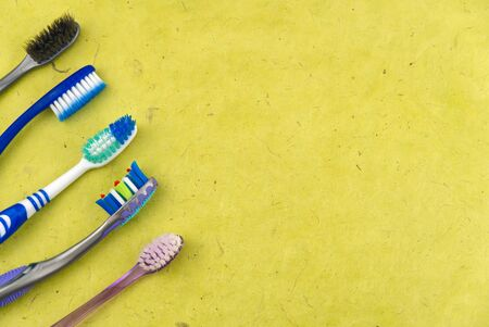 Toothbrushes in glass on yellow background - close up top view -Photo Banque d'images - 135467927