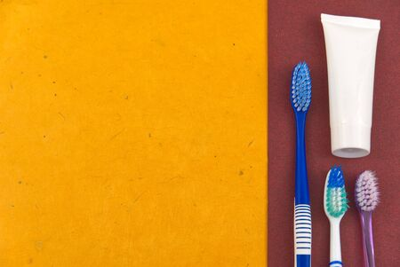 flat lay of toothbrushes on orange - and red background with copy space. Photo Banque d'images - 135468010