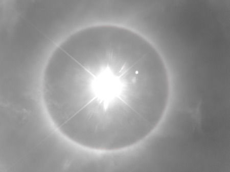 A meteorological phenomenon makes the sun look like the eye of God 版權商用圖片 - 86947236