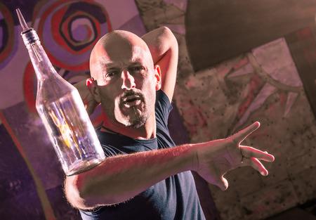 Acrobatische Barman in actie - Freestyle Amerikaanse Bartender Stockfoto