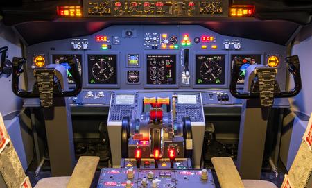 Cabina di pilotaggio di un moderno simulatore di volo in casa Archivio Fotografico - 27546850