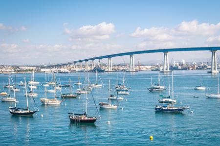San Diego waterkant met zeilboten - Indutrial haven en de Coronado Bridge