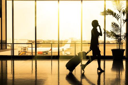 航空機: 空港 - 乗客のシルエットでビジネスの女性