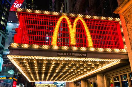 NUEVA YORK - 22 de noviembre 2013 letrero de ne�n iluminado con la famosa M representa a McDonalds a lo largo de la calle 42 en Times Square La empresa fue fundada en 1940 en San Bernardino, California