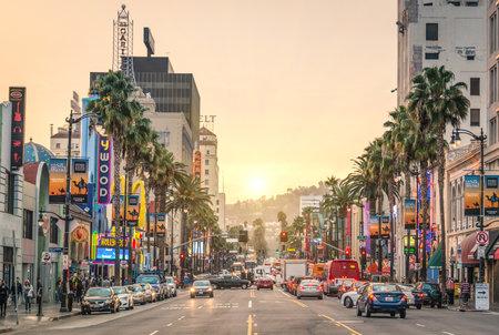 로스 앤젤레스 - 12 월 18 일, 1958 년 일몰 할리우드대로의 2013 년 전망은, 명예의 할리우드 워크는 엔터테인먼트 업계에서 일하는 예술가에게 공물로이