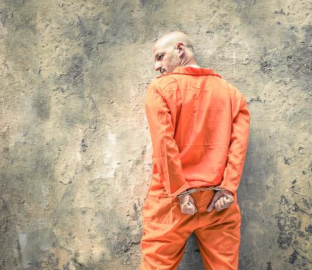 preso: Los presos puestos manilla de espera de la pena de muerte
