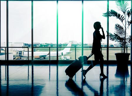 비즈니스 여자 공항 - 승객의 실루엣