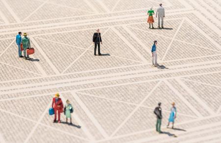Oude persoon miniatuur - Eenzame man stond verloren in het midden van een generieke plein met normale mensen rond - Concept van eenzaamheid en ouderen