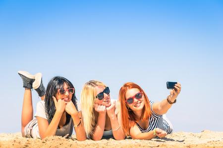 새로운 트렌드와 기술로 여름 우정과 재미의 개념 - - 해변에서 selfie을 복용 여자 친구의 그룹 가장 친한 친구는 현대 스마트 폰으로 순간을 즐기고