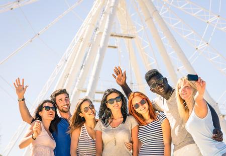 racisme: Groep van multiraciale gelukkige vrienden nemen van een selfie op reuzenrad - Internationaal begrip van geluk en multi etnische vriendschap allemaal samen tegen racisme voor vrede en plezier Stockfoto