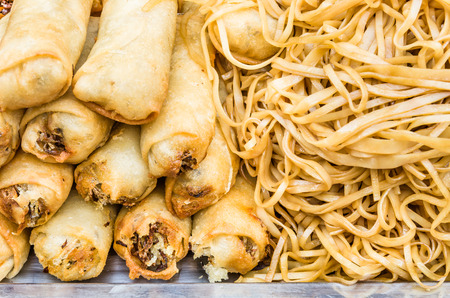 alimentation: Deep fried spring rolls with noodles at street food market - Concept of unhealthy alimentation - Close up of asiatic food in Khao San Road