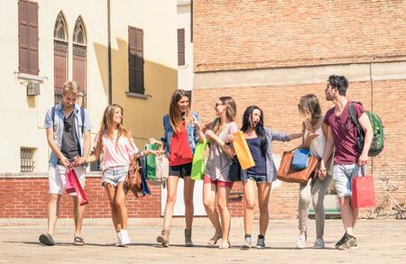 juventud: Grupo de los mejores amigos felices con bolsas de compras en el centro de la ciudad - Turistas paseando y divirti�ndose en el verano alrededor de la ciudad vieja - Los estudiantes universitarios durante un descanso en un d�a soleado Foto de archivo