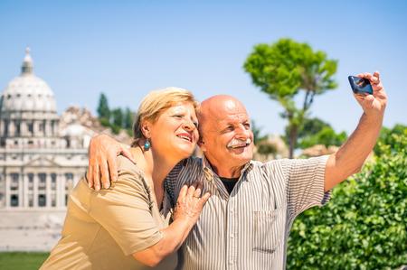 聖ペテロの basilca の近く selfie 写真撮影シニアの幸せなカップル 写真素材
