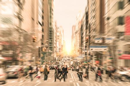 ニューヨーク - アメリカのビジネス地区にラッシュ時に横断歩道上を歩いて通勤で日没前にダウンタウン マンハッタンのマディソン アベニューに通 写真素材