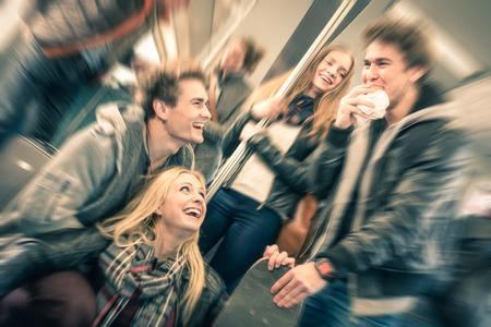 젊음과 우정의 개념 - 방사형 디 포커스와 빈티지 필터링 봐 - 젊은 힙 스터 친구 재미 상호 작용을 갖는 지하철 열차에서 이야기의 그룹