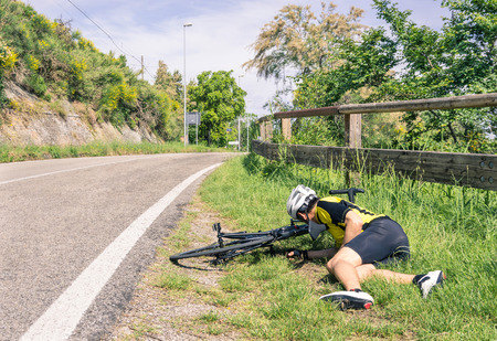 Bicycle accident on the road - Biker in troubles Imagens - 33152331