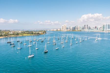 San Diego のスカイラインとウォーター フロントとセーリング ボート 写真素材