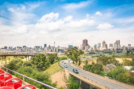 도시 지역 주변의 관광 투어 중 고속도로에서 요하네스 버그의 스카이 라인의 넓은 각도보기 - 남아프리카 공화국의 수도에있는 비즈니스 지구 메트로 스톡 콘텐츠