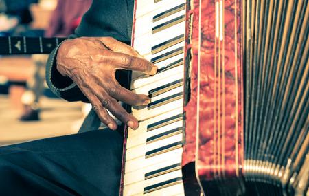 アフリカの音楽家手アコーディオン fisarmonica - ストリート アーティスト行う伝統的な曲を演奏