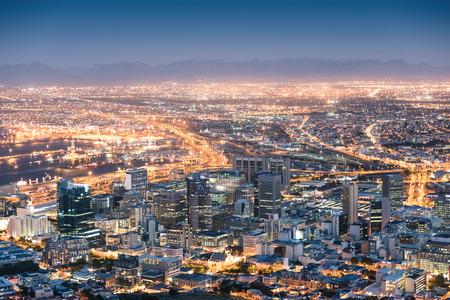 Luchtfoto van Kaapstad vanaf Signal Hill na zonsondergang tijdens het blauwe uur - Zuid-Afrika moderne stad met een spectaculair nachtelijk panorama