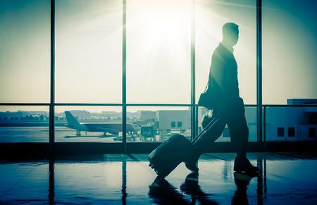 sunshine: Hombre de negocios en el aeropuerto internacional con la maleta Foto de archivo