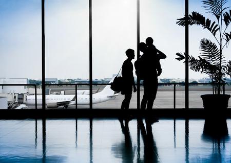 Familie in einem schönen Moment am Flughafen wartet auf Abfahrt Standard-Bild - 34319683