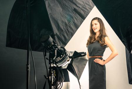 사진 촬영에서 젊은 여성 모델 스톡 콘텐츠