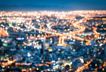 Bokeh van Cape Town skyline van Signal Hill na zonsondergang tijdens het blauwe uur - Zuid-Afrika moderne stad met een spectaculair nightscape panorama - Wazig onscherpe nachtverlichting Stockfoto