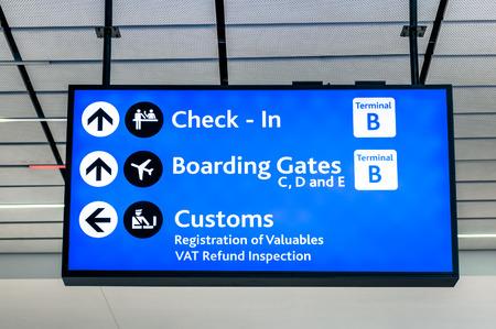 gente aeropuerto: Muestra del Info en el aeropuerto internacional - Instrucciones de registro de entrada y puertas de embarque - Inscripciones y personalizada en las conexiones terminales