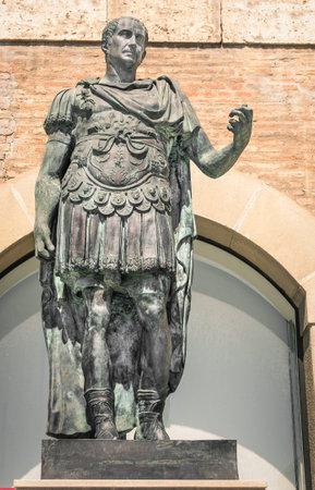 イタリア、リミニ、ガイウスユリウスカエサルの像 報道画像