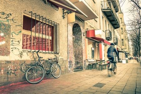 과거와 독일 FO 다문화 자본에 존재 믹스 - - 베를린의 전 동쪽의 좁은 거리의 빈티지 복고 여행 엽서 도로에 흐리게 자전거와 일상 생활 스톡 콘텐츠