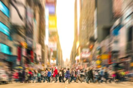 Schmelztiegel Menschen zu Fuß auf Zebrastreifen und Stau an der 7th Avenue in Manhattan vor Sonnenuntergang - Crowded Straßen von New York City während der Hauptverkehrszeit in städtischen Geschäftsbereich