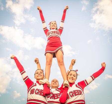 porrista: Cheerleaders equipo con el entrenador masculino